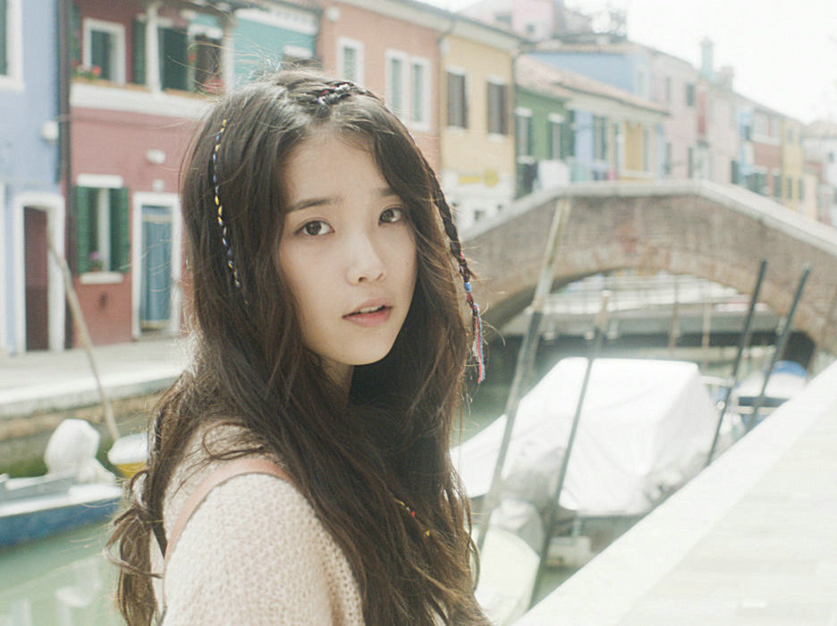 IU在20歲那年(韓國年紀)發表的歌曲《PEACH》 是一首慵懶的歌曲