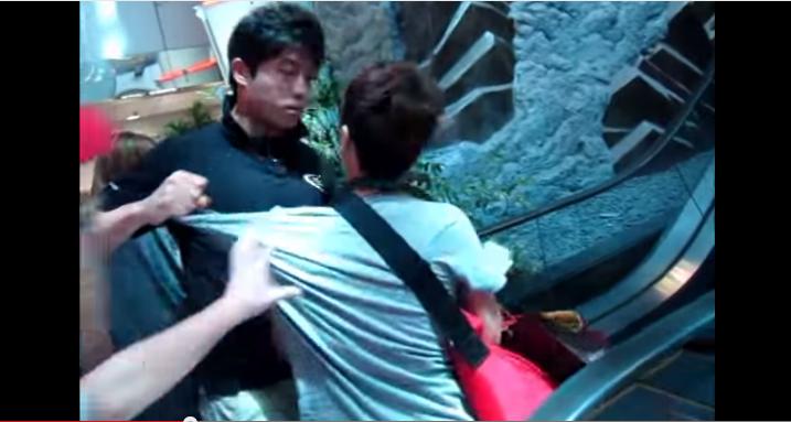 韓團保鑣一向是出了名的凶狠, 像2011年少女時代來台灣時~ 就有粉絲直接被扯衣領摔出去! 還有那些時刻,粉絲差點以為會死在保鑣手上咧?