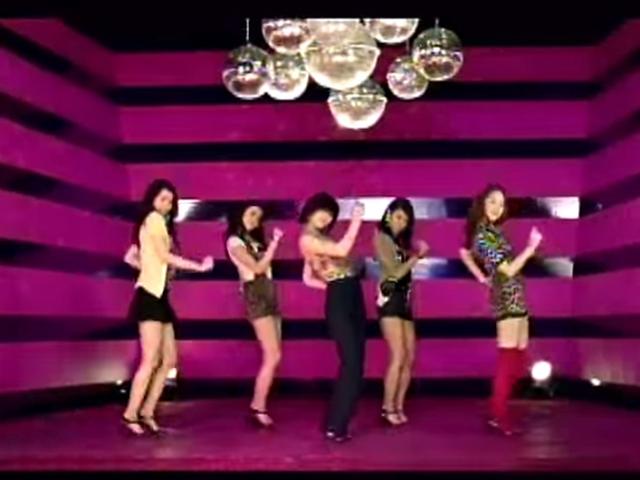 Wonder Girls - So Hot  (2008.06.03.)  其實說2008年是WG年一點也不意外~當時大街小巷都唱著so hot hot~讓WG無人不知~無人不曉~