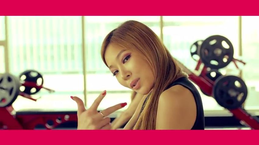 4月時被JYP相中,一起合作歌曲〈你媽媽是誰〉,洗腦旋律與直白歌詞都讓這首歌十分火熱。