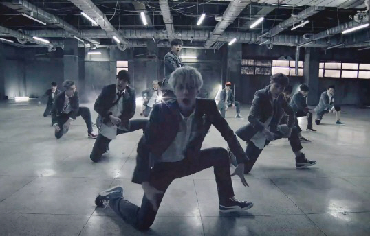 EXO - Growl (出道曲: What Is Love) 這首喚起了全世界少女們的粉絲心的<咆哮> 2013年不可不知的絕對年度歌曲!  *連結失效時 請連至影片出處