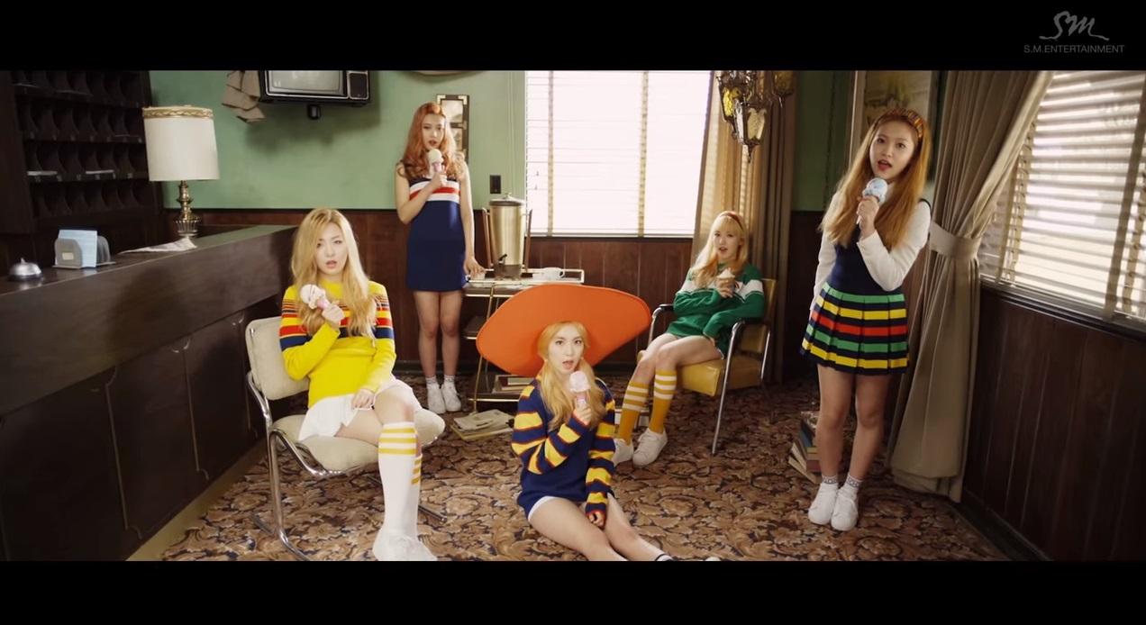 之前在歌曲《Ice Cream Cake》MV中不但展現了她們的舞蹈實力,也有許多穿著這種啦啦隊感網球短裙的畫面~