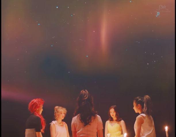 不過其實Black Pink會陷入網友口中的「抄襲風波」根本就是烏龍一樁,因為其實不論是Black Pink還是Red Velvet的MV其實都是出自己同一位導演辛希元(신희원 音譯)之手