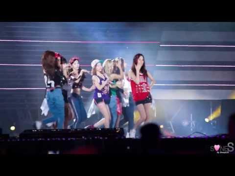 Sunny和太妍也被嗆到轉過身咳嗽,舞台窄到9個人幾乎沒地方躲,就算離煙火遠遠的還是會被波及,讓粉絲也覺得很無奈