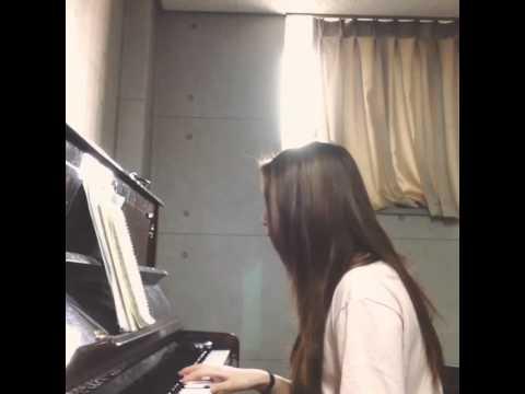 不只會唱歌鋼琴也彈得這麼好?