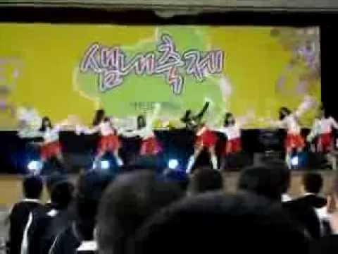 韓國網友也分享了一段過去普美表演的影片,說中間穿著黑色外套的就是普美,一起來看看這段表演吧!  * 無法播放時,請直接按出處