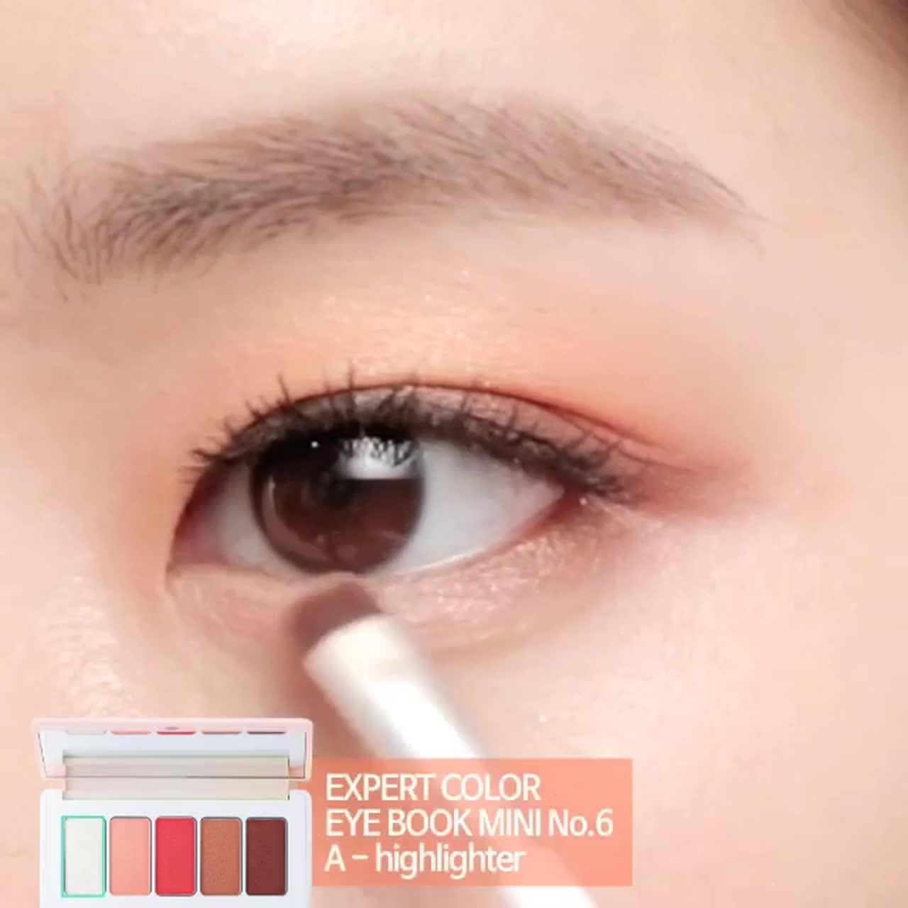 首先可以使用左二的蜜桃色畫在整個眼窩。再用右二的淺咖啡色畫在雙眼皮摺內,用中間粉桃色畫在眼尾,加強眼神。眼線的部分只用最右邊的深咖啡色,用且在下眼影的地方也使用深咖啡色。最後用左邊的珍珠白畫出臥蠶就OK囉!