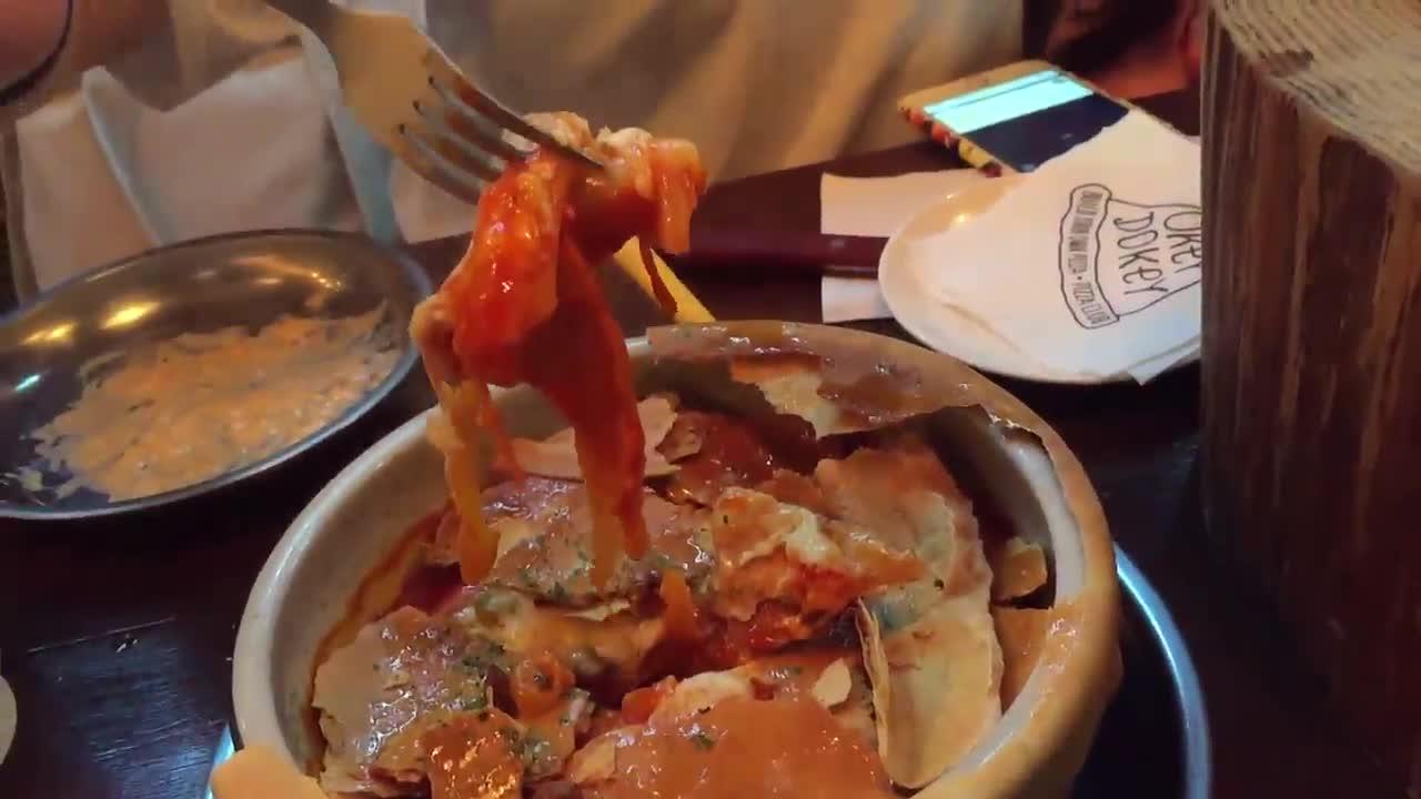 上面那層吃起來很像是蜂蜜口味的牛舌餅 ! (小編與友人深思後一致結論~) 年糕吃起來很像在韓國路邊吃到的味道呢 ! 還有加入魚餅、起司、蔬菜,吃起來不會覺得單調, 一下子就會把它吃光! ( 明明是自己很餓XDDD )