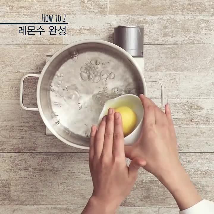 HOW TO 2  檸檬水完成 白糖全部溶化後,放入檸檬汁,仔細攪拌均勻。關火,等水涼了就好啦!