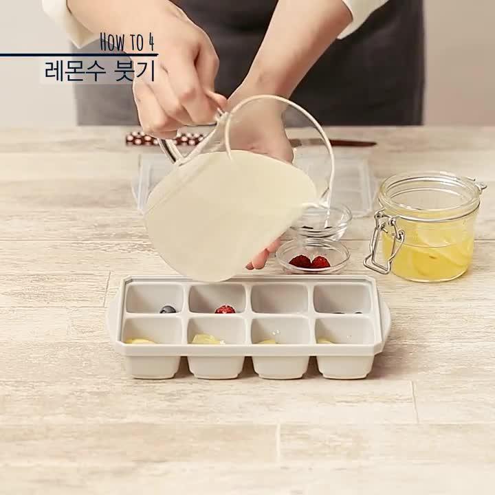 HOW TO 4 倒檸檬水 把水果都裝在模具中之後,倒入檸檬水,在上面放上香草!其實檸檬水也可以用離子飲料,或是蘋果汁來代替哦..都是OK噠!