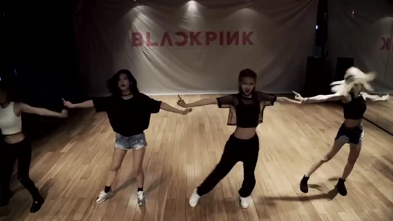 好...粉絲們發現的是BLACKPINK的腰圍順序 LISA<ROSÉ<JENNIE    每個人的腰都細的很誇張,JISOO 沒有露腰所以不在範圍裡啦~~