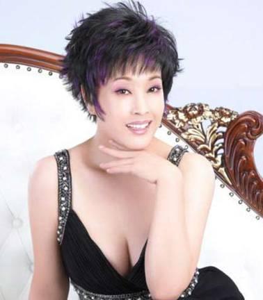 劉曉慶,1955年出生, 內地影壇大姐大劉曉慶,在內地也屬於那種保養地很年輕的女星。