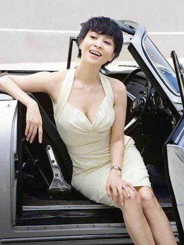 劉嘉玲,1965年出生, 梁朝偉的老婆劉嘉玲,也是一位保養高手,娛樂圈裡的人都叫她嘉玲姐。