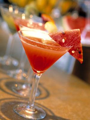1.西瓜番茄汁: 用壓榨器壓出西瓜汁,將番茄用沸水沖燙後去皮,切碎去籽,壓出果汁。 (哇~西瓜+番茄耶! 好特別的味道)