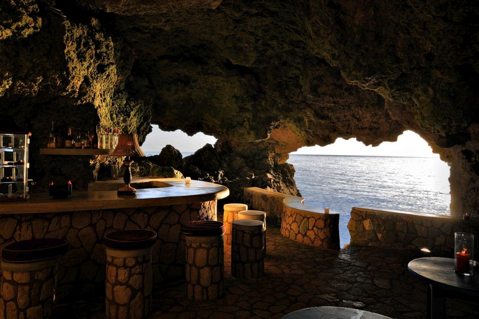 9.洞穴度假村 坐落於牙買加裡格內爾西區的石灰岩質地懸崖上, 四周加勒比海環繞。