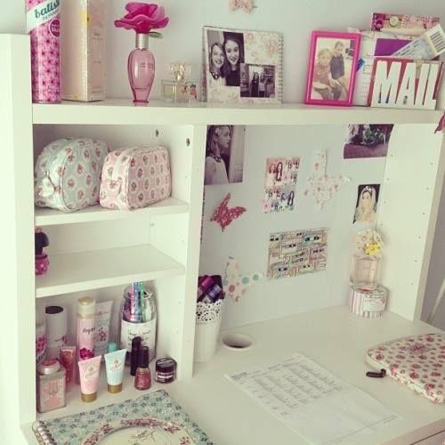 純白色的書桌,加上粉色小飾品的搭配,真得好夢幻啊!