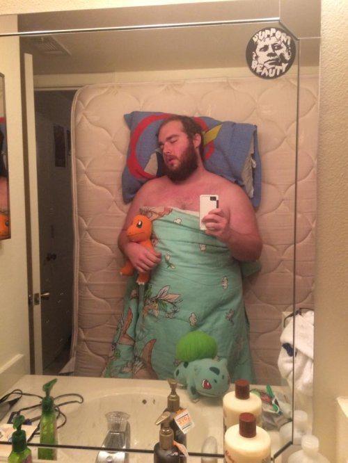 浴室睡覺 還要抱著小火龍XD