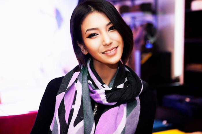 天啊~好像美國實境秀名人金卡達夏~ 也像是韓國芭比韓彩英!!