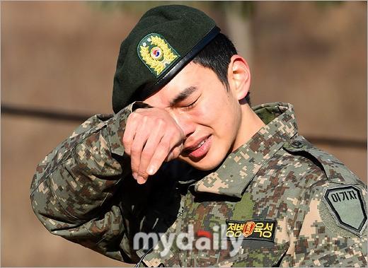 去年12月終於退伍 韓國男星在退伍都很容易大哭到底是哪招啦~