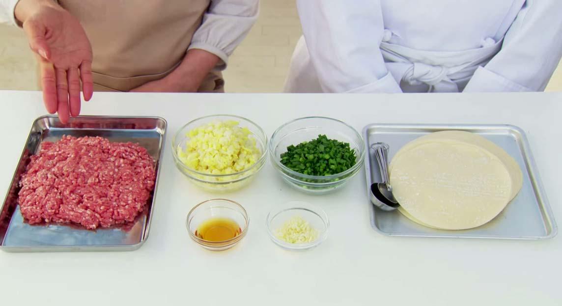 首先要準備絞肉、水餃皮.....