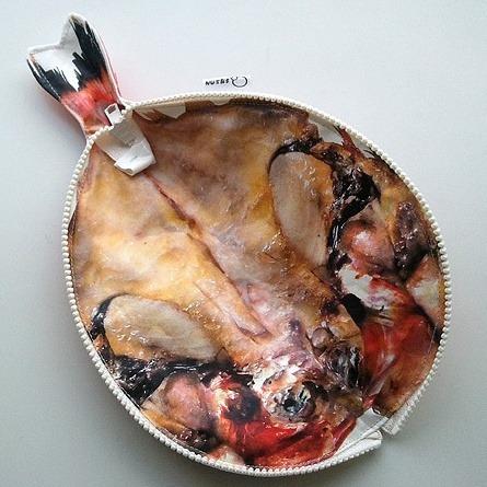 裡面剖開還有細緻的魚肉內餡有沒有~ (也做得太血淋淋)