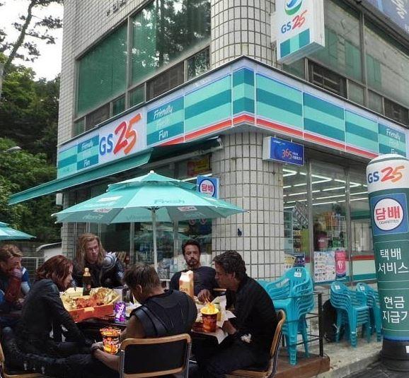 南韓便利超商GS25前的英雄休息站XDD