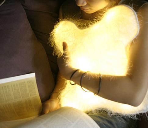 發光枕頭  讓人看著覺得溫暖,還能補充一點光源, 效果感覺是有限~應該是主打治癒心靈那類的吧