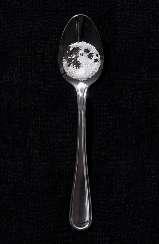 月球  你也想試試看用日常生活物品作畫了嗎?