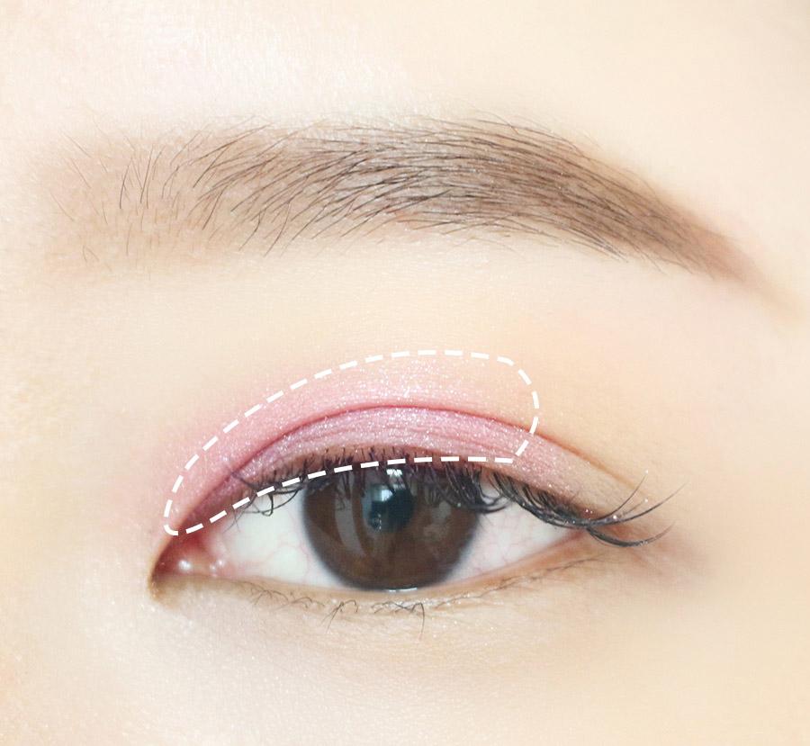 1.用粉色眼影畫在眼珠內側半部的眼皮上