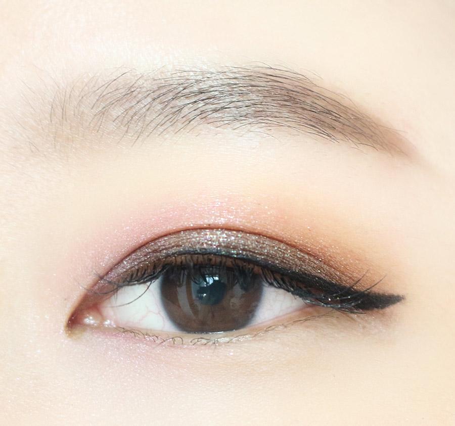 4.用黑色眼線筆描出眼線 重點來了! 長眼線才可以詮釋壞姊姊啊~ 別忘了眼線一定得長過眼睛