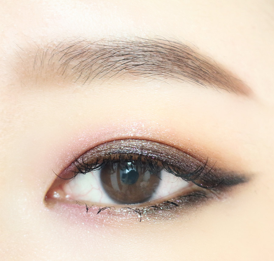 6.最後在眼睛中間處點一點亮粉 塗上睫毛膏後就完成!