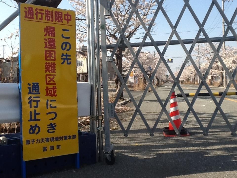 日本福島自從核災事件爆發後 已經用鐵欄杆管制交通 半徑20公里都禁止進出 然而這裡卻住著一位獨居老人