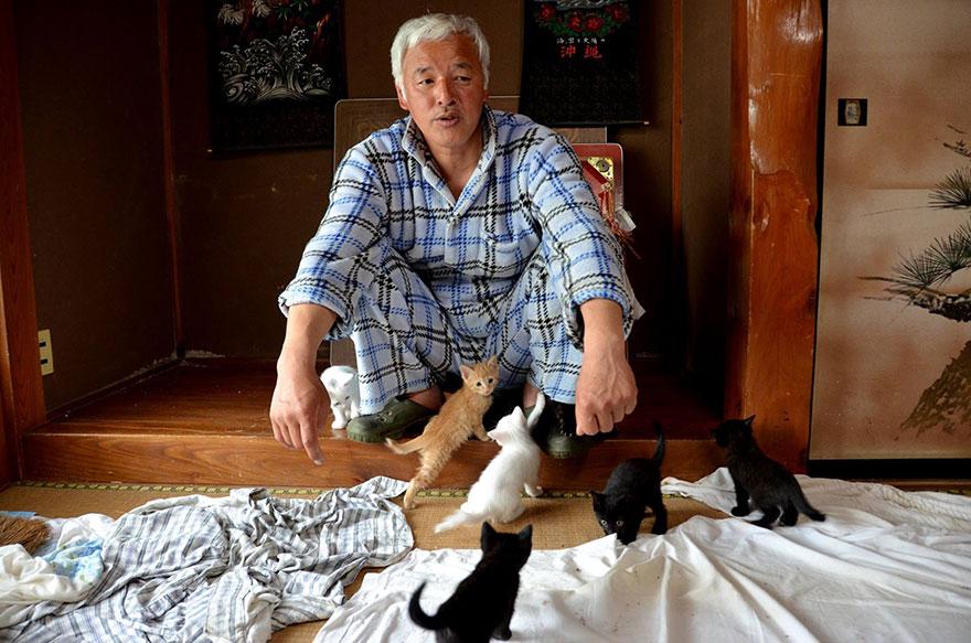 4年前福島發生核能外洩時 距離災區僅11公里的富岡町 一位51歲的松村直登 跟著5萬7000名的民眾一起撤離了家鄉
