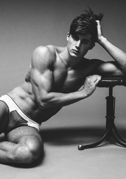 而且他被歐洲規模頗大的模特兒經紀公司Models 1簽入 做麻豆應該也是星運看好吧?