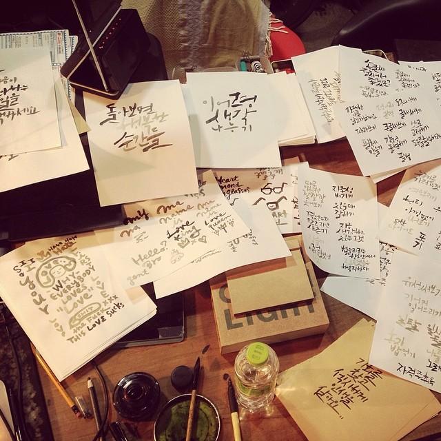 他的書桌 果然字要寫得好~需要很多次的練習