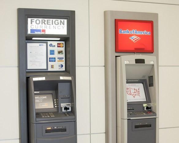 9. 比起在機場換錢,使用機場的ATM領錢比較省 因為很多提款機提供的匯率都比機場附設銀行的匯率更好