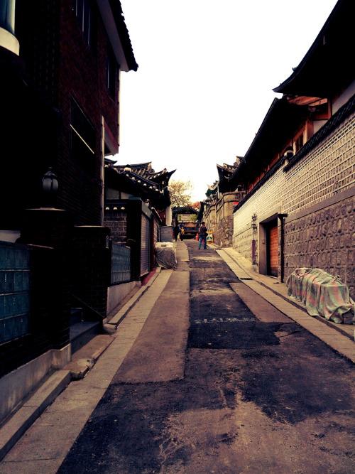 1.首爾北村韓屋村 : 這裡的建築型態皆是朝鮮時代被視為上流社會人家住所的屋瓦房結構, 算是貴族的居住地區,位於首爾的三清洞。
