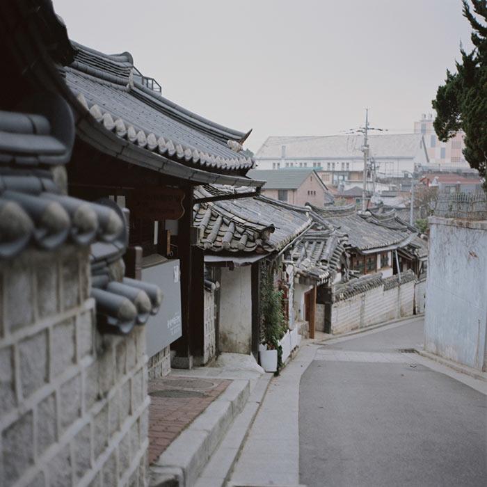 這裡不是古蹟,而是到現在都還有人實際居住的韓屋村, 許多戶韓屋的屋簷堆疊, 和鄰家共用一道牆的景緻, 也可以讓遊客感到那份被遺忘已久的溫暖情分。