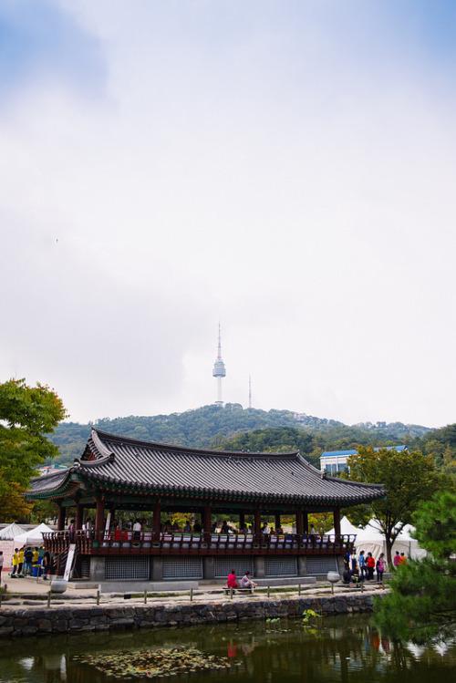 2.首爾南山谷韓屋村 : 象徵了韓國傳統文化之集大成, 是把散佈於市區各地的5幢韓式傳統房屋統一搬遷此處修建的村子。