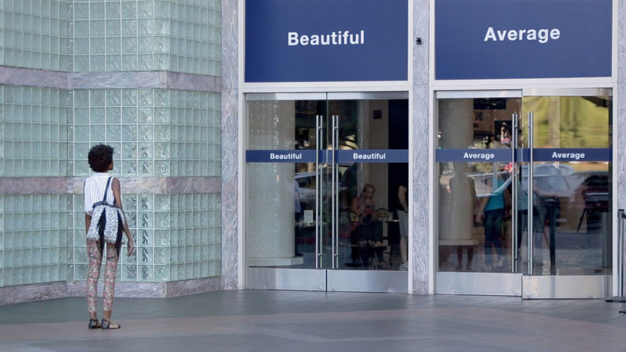 他們在美國洛杉磯、法國巴黎、中國上海、 印度德里、英國倫敦以及巴西聖保羅 在百貨商場入口處設置兩個標語門 一個是