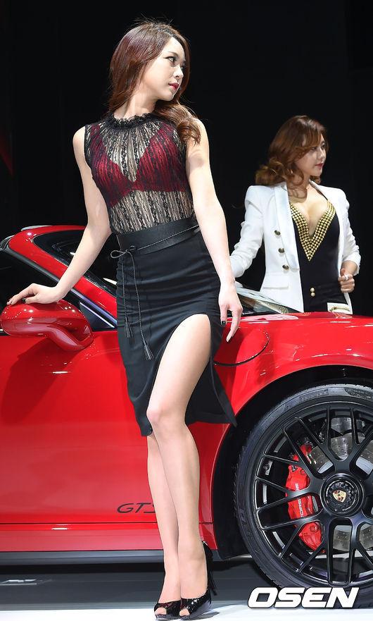剛結束的首爾車展 車模們爭奇鬥艷 但怎麼看都覺得橡膠味有點濃...