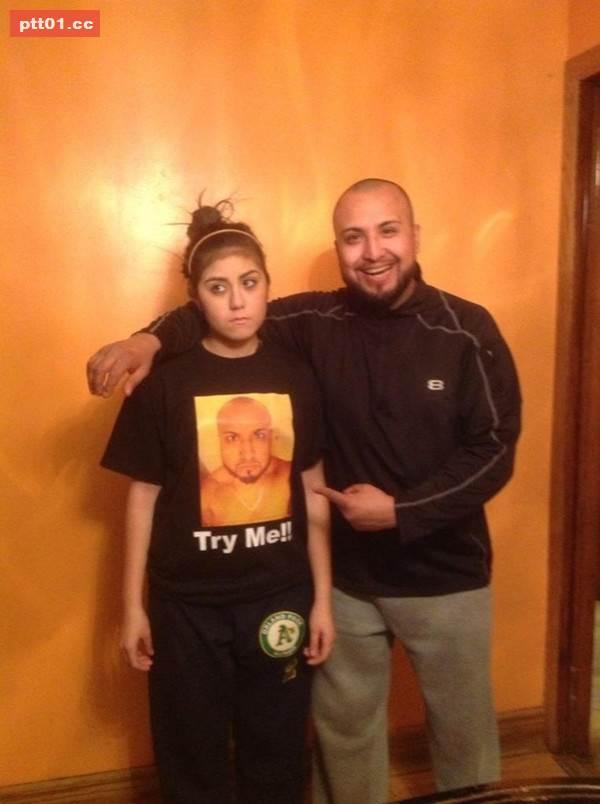 爸爸讓做錯事被處罰的女兒穿著自己的肖像去上學(對青少女來說真是神處罰)