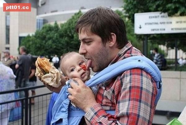 這位爸爸用行動教導孩子不能浪費食物
