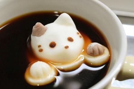 怎麼有隻喵星人在我的咖啡裡泡澡啦 >///<