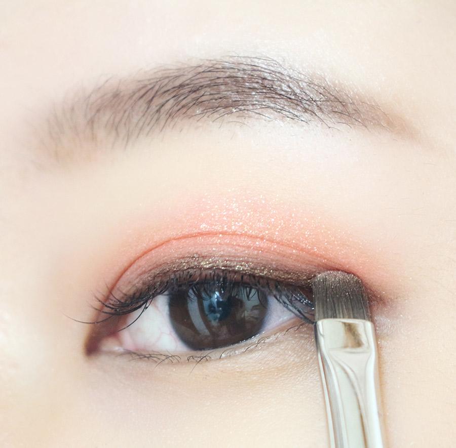 為了融合眼影跟眼線 在咖啡色眼線上面再打上一層金蔥褐色眼影