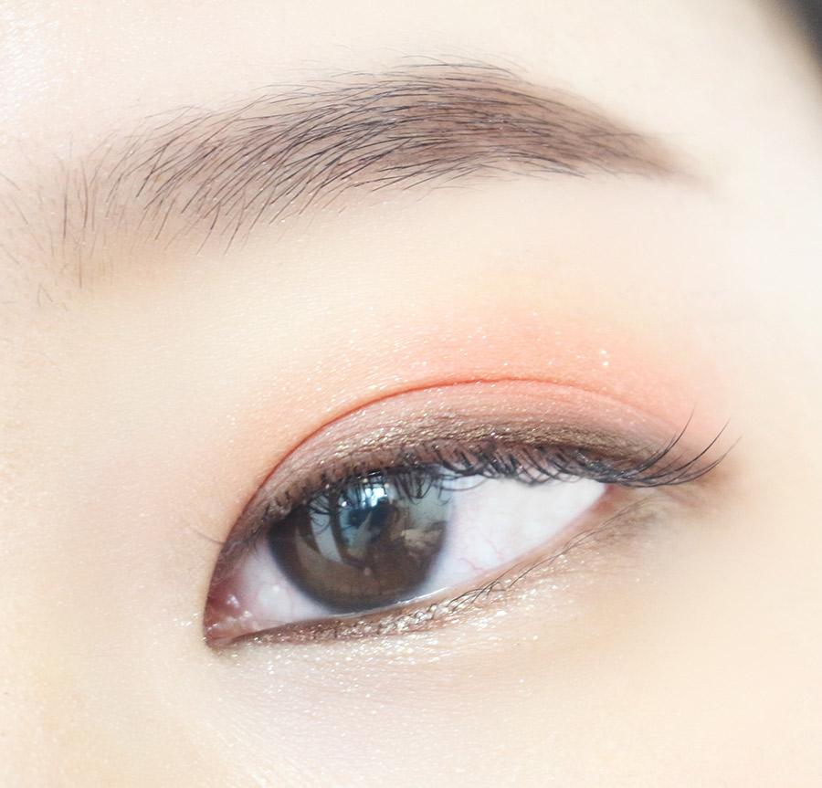 剛剛的咖啡色眼線同樣打在下眼的前半二分之一處 臥蠶則是用閃亮米色眼影畫出來