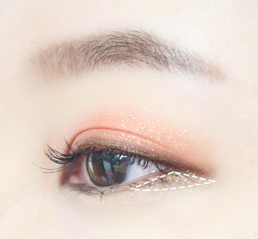 如果還想顯眼大 可以在眼尾的三角區重點打上褐色眼影 上下睫毛仔細塗上睫毛膏 (睫毛膏要塗兩次,大家知道吧~