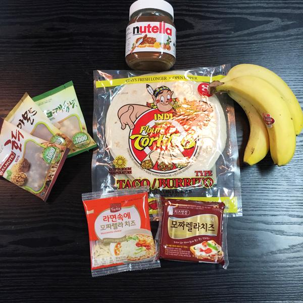 材料準備也超簡單 主要是墨西哥玉米餅,沒有可用薄餅代替 榛果巧克力醬 去超商就可以買到的果仁包(腰果、杏仁、核桃仁) 香蕉 兩種起司