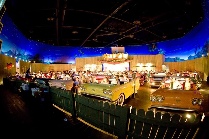 位於迪士尼樂園內的Sci-fi Dine-in Theater 在特意設計的露天敞篷車座位裡面