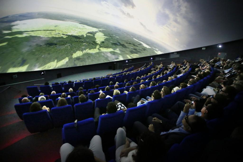 通過3D投影技術 讓觀眾不戴3D眼鏡也能擁有多維視覺體驗